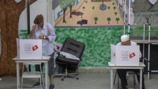 تشير نتائج غير رسمية إلى عدم تمكن أي من الأحزاب السياسية التونسية من تحقيق أغلبية مريحة في الانتخابات التشريعية