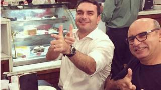 Flávio Bolsonaro com Queiroz em foto publicada no Instagram