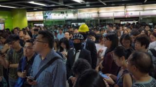 """口罩与头盔成了香港示威者的标志,在这次""""不合作运动""""也没有例外。"""