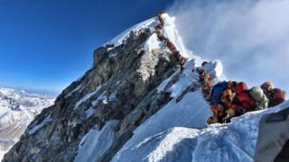 登山者在珠峰山脊排隊等候登頂