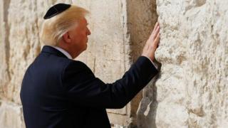 Trump en el muro de los lamentos.