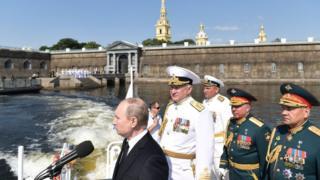 Президент России Владимир Путин в сопровождении министра обороны Сергея Шойгу и командующего ВМФ адмирал Николая Евменова.