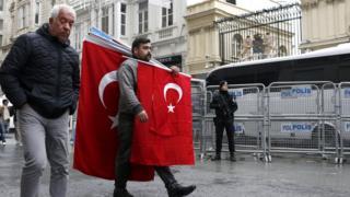 مواطنون يحملون العلم التركي امام القنصلية الهولندية في اسطنبول