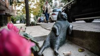 The bronze Tombili statue