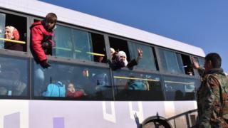 حافلة تجلي مدنيين من شرقي حلب
