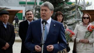Президент Алмазбек Атамбаев март окуяларына арналган иш-чарадан кийин журналисттердин суроолоруна жооп берди