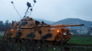 Turkish tank arrives at a base in Hatay province, near the border with the Syrian Kurdish enclave of Afrin (17 January 2018)