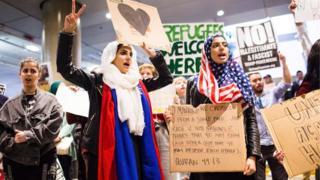 2月4日、ロサンゼルス国際空港で抗議する人たち