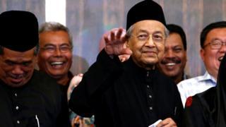马哈蒂尔在吉隆坡举行的就职记者会上向记者们挥手(10/5/2018)