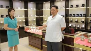 นายคิม จอง อึน และภรรยา เข้าชมสินค้าหรูหราที่วางขายในร้านของท่าอากาศยานนานาชาติกรุงเปียงยาง เมื่อปี 2015