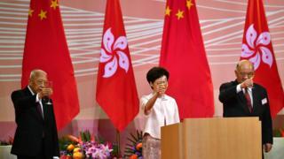 Carrie Lam en una ceremonia de izado de banderas en Hong Kong el miércoles