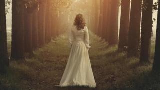 Mulher com vestido branco em meio a floresta