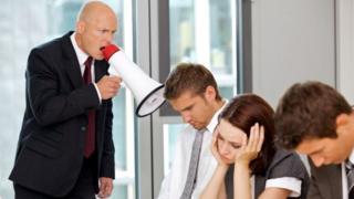 مدير يصرخ في موظفيه عبر مكبر للصوت