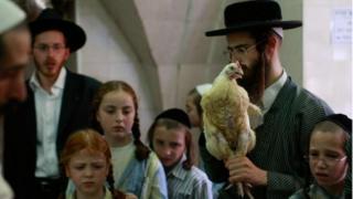 Judeus sacrificam uma ave