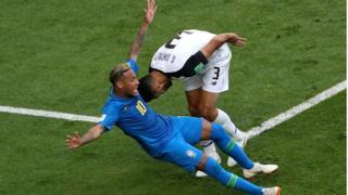 Neymar caindo no jogo contra a Costa Rica
