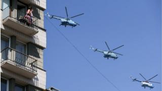Вертолеты ВВС Украины пролетают над Крещатиком во время военного парада по случаю 27-й годовщины Независимости Украины