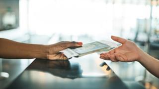 Паспорт передают из рук в руки