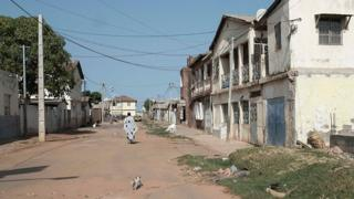 Une rue de Banjul, capitale de la Gambie