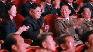 (由左至右)李雪主、金正恩、洪承武和李洪燮