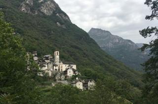 Vista de Corippo à distância, com casas de pedras encravadas em montanha