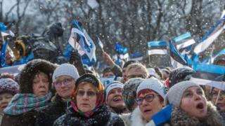 Люди с эстонским флагом