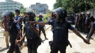 Bangladesh police stand guard at the scene of an operation to storm a militant hideout in Narayanganj, some 25km south of Dhaka, 27 August 27 2016