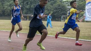 Atlet Pelajar penyandang disabilitas klasifikasi tunadaksa bertanding untuk cabang atletik lari nomor 100 meter pada Pekan Paralimpik Pelajar Daerah (Pepaperda) II 2018 Jabar, Bandung, Jawa Barat, Selasa (24/7)