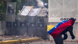 Enfrentamiento entre manifestantes y la policía
