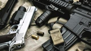عدد من الأسلحة