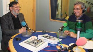 शक्ति सिन्हा बीबीसी स्टूडियो में रेहान फ़ज़ल के साथ