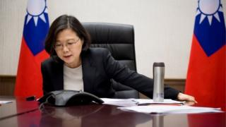 Taiwanese President Tsai Ing-wen on the phone to Donald Trump (3 Dec 2016)