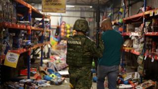 Policía naval arrestando a un hombre en el puerto