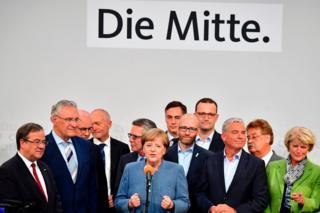 """Angela Merkel, """"merkez"""" yazan platformun önünde seçim zaferini kutlarken"""