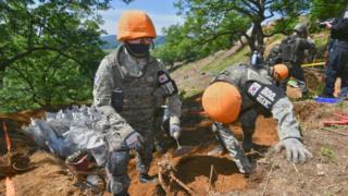 28일 강원도 철원군 민통선 내 남측 지역 화살머리고지일대에서 유해발굴 중인 한국측 장병들