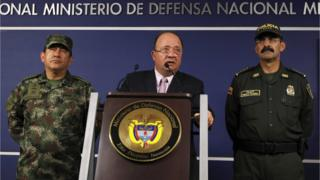 "Colombia""s Defense Minister Luis Carlos Villegas (C) delivers a speech, next to Colombian armed forces chief General Juan Pablo Rodriguez (L) and director of national police General Rodolfo Palomino (R) during a news conference in Bogota, Colombia October 26, 2015."