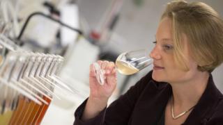 Флориана Эзнак дегустирует шампанское