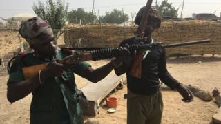 Hombres con armas en Nigeria.