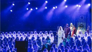 Cyrraedd y Pafiliwn ar gyfer prif seremoni'r diwrnod // Spotlight falls on the Gorsedd as they make their way to the stage for the main ceremony