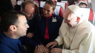 教皇方济各在智利国内线航班上为两名空服员证婚