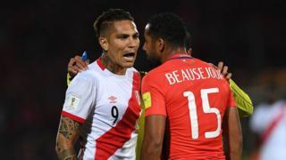 Paolo Guerrero, de Perú, y Jean Beausejour, de Chile, durante un encuentro de clasificación para el Mundial de Rusia.