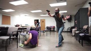 Учителя принимают участие в тренинге по обезвреживанию стрелка, Колорадо