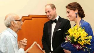 Prince William, Duke of Cambridge (centre) and Catherine, Duchess of Cambridge (right) speak with Boman Kohinoor (left) during a meeting in Mumbai (10 April 2016)
