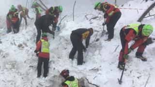 Рятувальники розкопують завалений снігом готель