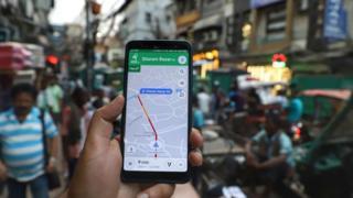 Usuario usando Google Maps en Nueva Delhi, India.
