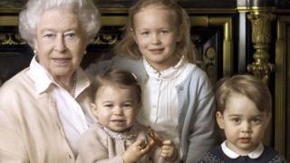 La reina Isabel con tres de sus bisnietos.
