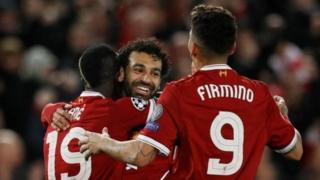 Mohammed Salah akumbatiwa na wachezaji wenzake baada ya kuilaza Roma 5-2