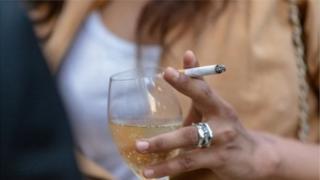 вино и сигарета