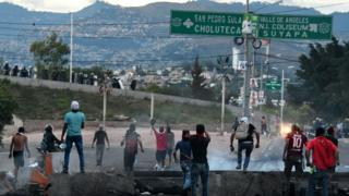 Supporters of Honduran presidential candidate Salvador Nasralla clash with security forces in Tegucigalpa, on December 1, 2017