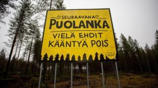 """Próxima parada, Poulanka, todavía estás a tiempo de dar la vuelta. Placa que da """"la bienvenida"""" a este remoto pueblo rural de Finlandia."""