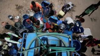 شماری از ساکنان احمدآباد در هند در حال پر کردن آب از تانکرهایی که شهرداری در اختیارشان گذاشته است